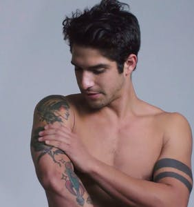 "Tyler Posey talks ""shoving my tongue down some dude's throat"" in racy new show"