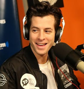 "Mark Ronson sorry for ""coming out,"" says he's definitely straight"
