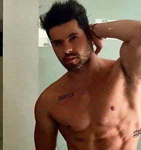 Telenovela star throws an entire tank of fuel on his own gay rumors by kissing another dude